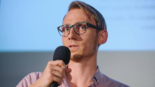 Viktor_Sauer_public_speach_hover